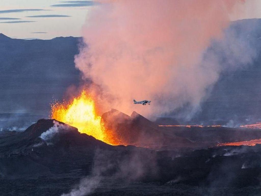Menguak Fenomena: Turis Liburan ke Gunung Meletus