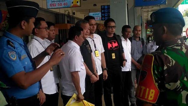 Johar Lin Eng (diborgol) anggota exco PSSI diciduk karena dugaan pengaturan pertandingan.