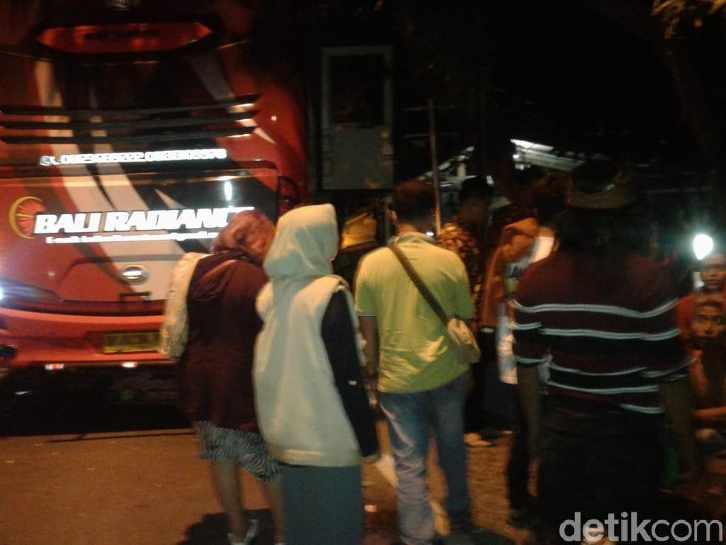 Polisi Evakuasi Korban Dua Bus Tabrakan di Banyuwangi