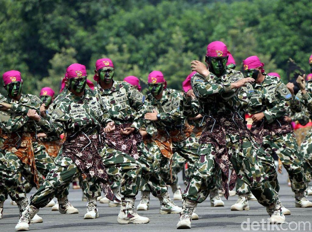 Aksi Para Prajurit TNI Unjuk Kemampuan di Sertijab Dankormar