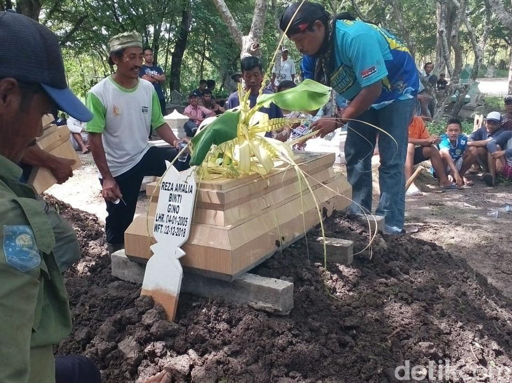 Tangis Haru Iringi Pemakaman Korban Tsunami Banten di Blora