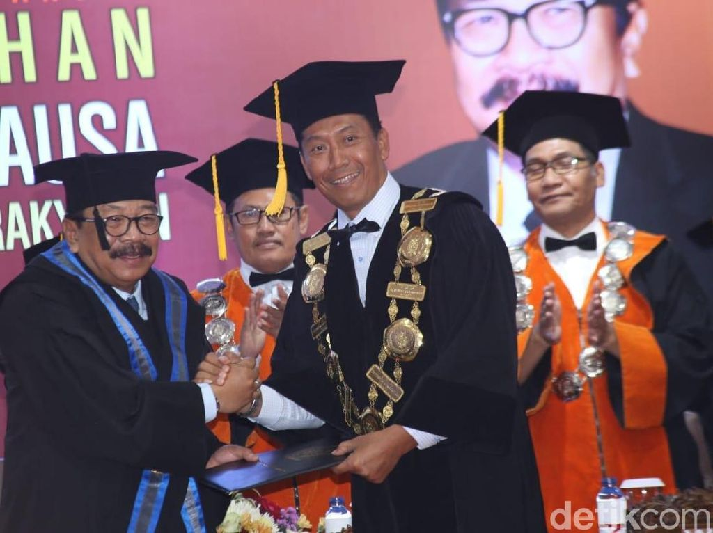 Pakde Karwo Terima Gelar Doktor Honoris Causa dari UMM