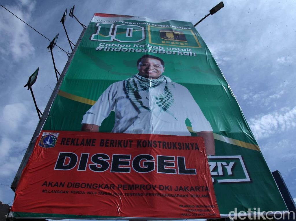 Disegel, Reklame Ketum PPP Masih Eksis di Jalan S Parman