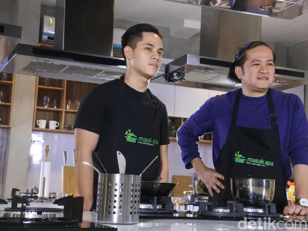 Chef Archie Mengadu Ketrampilan Bikin Salmon Bisque dengan Chef Chandra