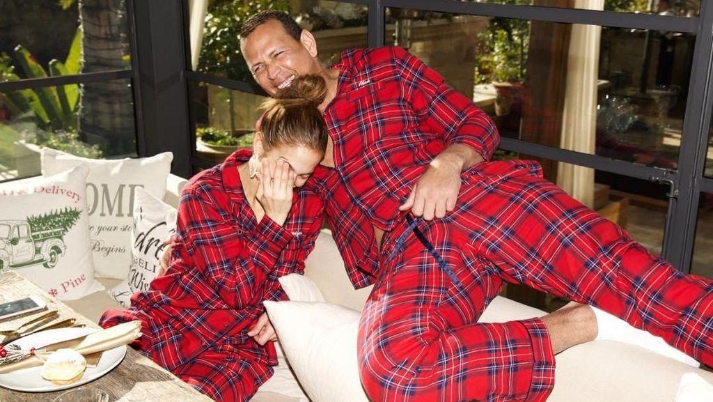 So Cute! Foto Jennifer Lopez Pakai Piama Kembaran dengan A-Rod dan Anak