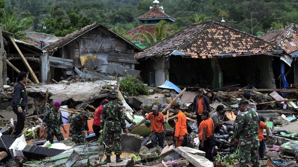 Aksi Para Relawan Bantu Korban Tsunami Selat Sunda