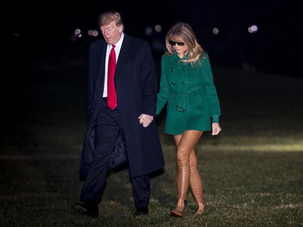 Foto: Melania Trump Disebut Tak Pakai Celana Gara-gara Warna Bajunya Ini
