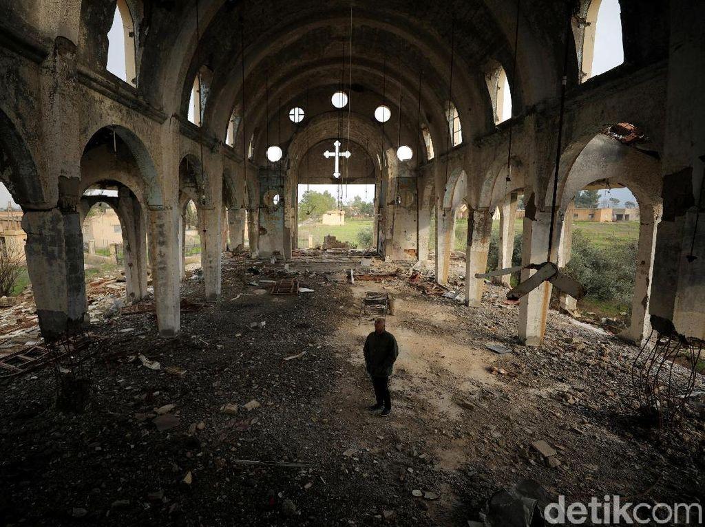 Melihat Puing-puing Gereja Perawan Maria Yang Dirusak ISIS 2015 Lalu