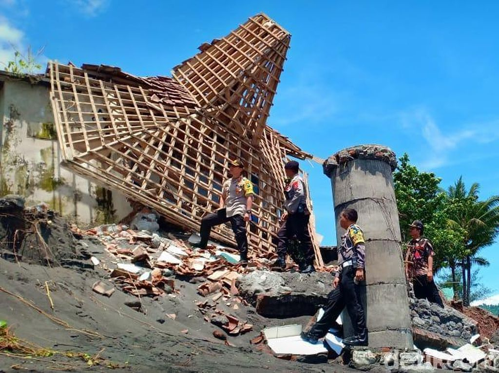 Abrasi Rusak Bangunan di Pantai Tempursari Lumajang