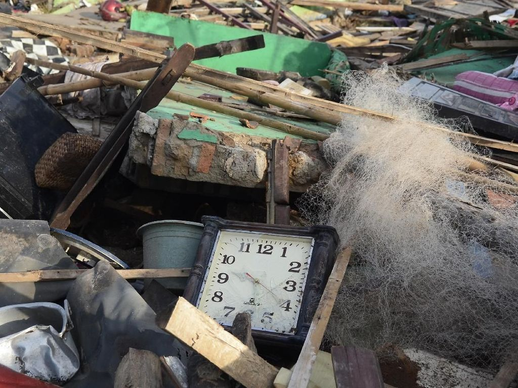 Jam Dinding Ini Menunjukan Waktu Terjadinya Tsunami