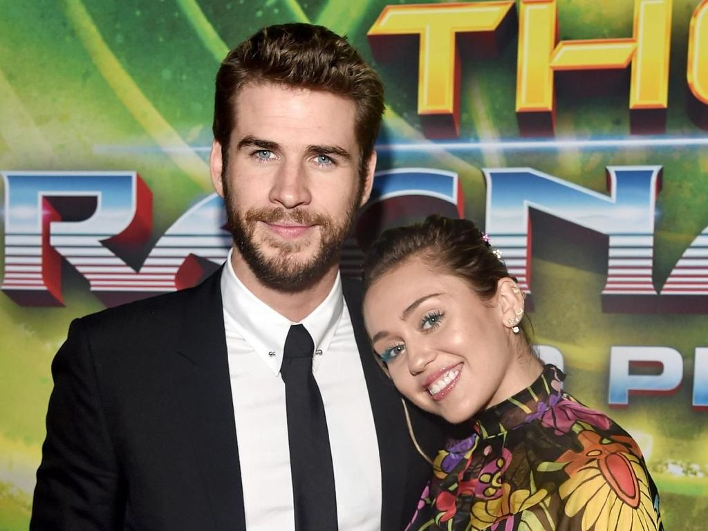 So Sweet! 9 Potret Mesra Miley Cyrus dan Liam Hemsworth di Karpet Merah