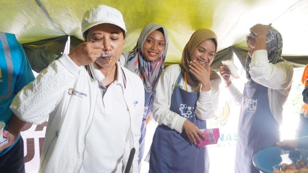 Kunjungi Korban Tsunami, Rini Soemarno Cicipi Masakan Relawan