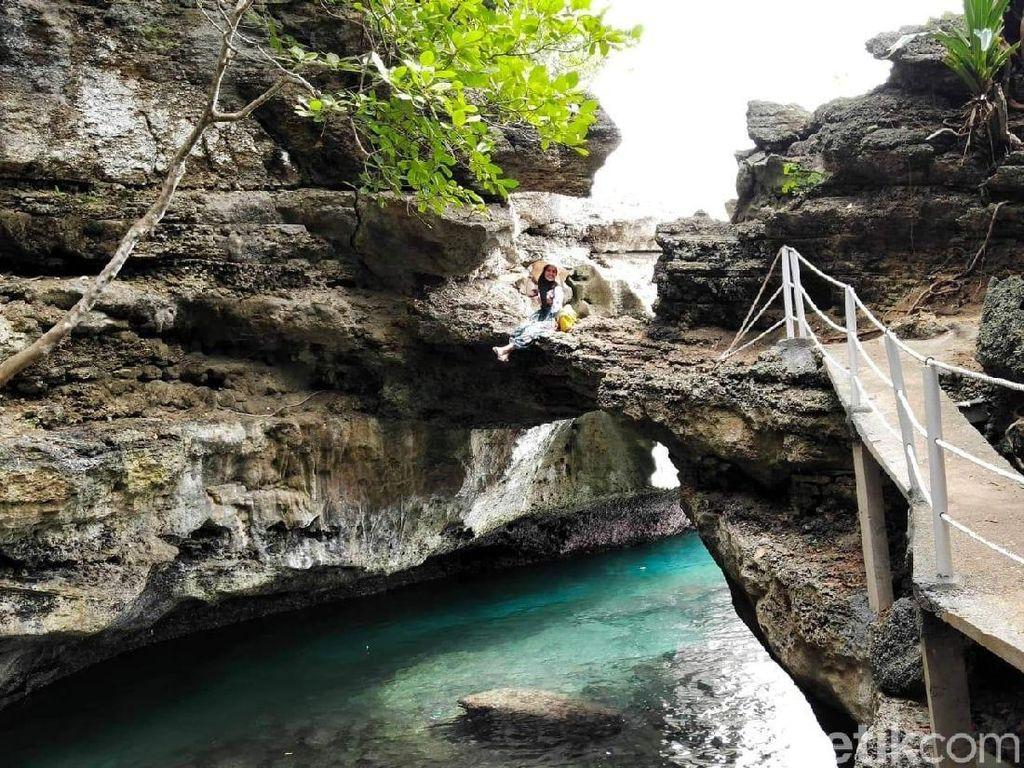 Foto: Batu Lubang, Pantai Keren dari Maluku Tengah