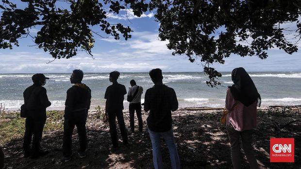 Pelancong lokal mengunjungi pantai yang berada di kawasan Pantai Anyer, Kabupaten Serang, Sabtu, 29 Desember 2018. CNNIndonesia/Safir Makki