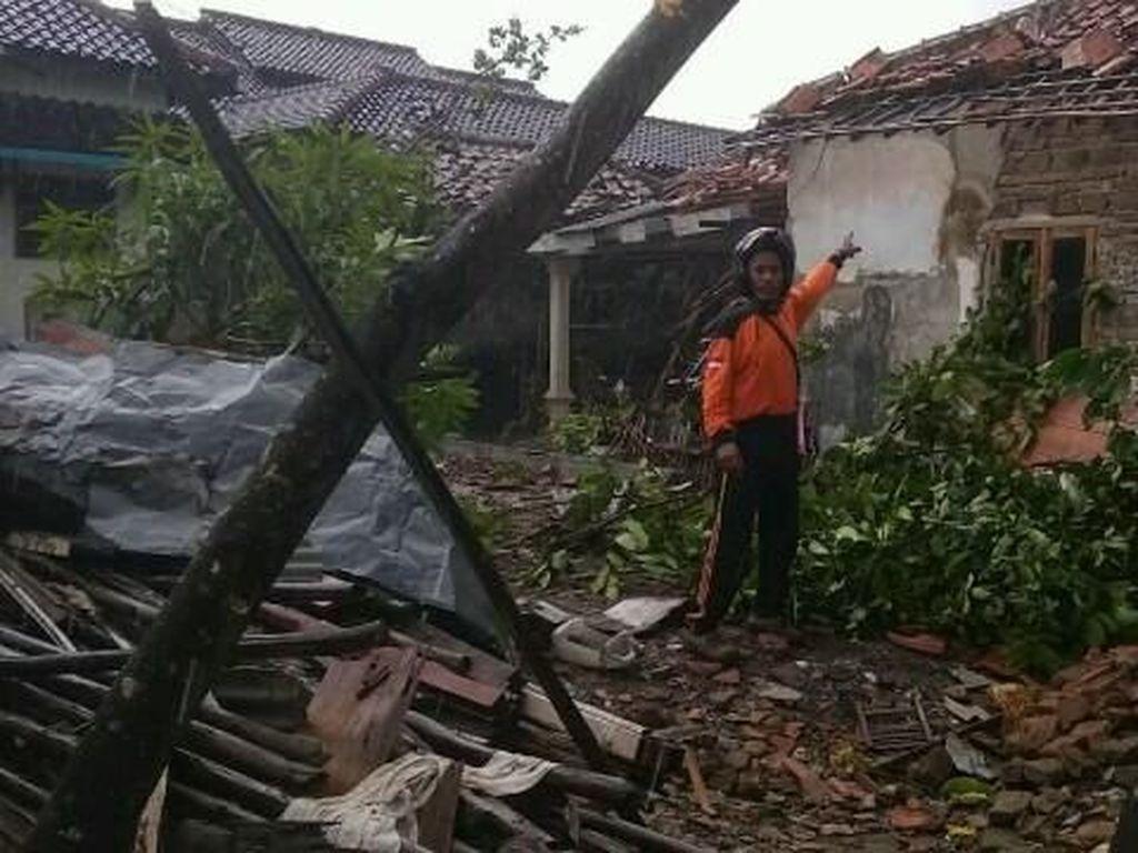 Video Mencekamnya Terjangan Puting Beliung di Cirebon
