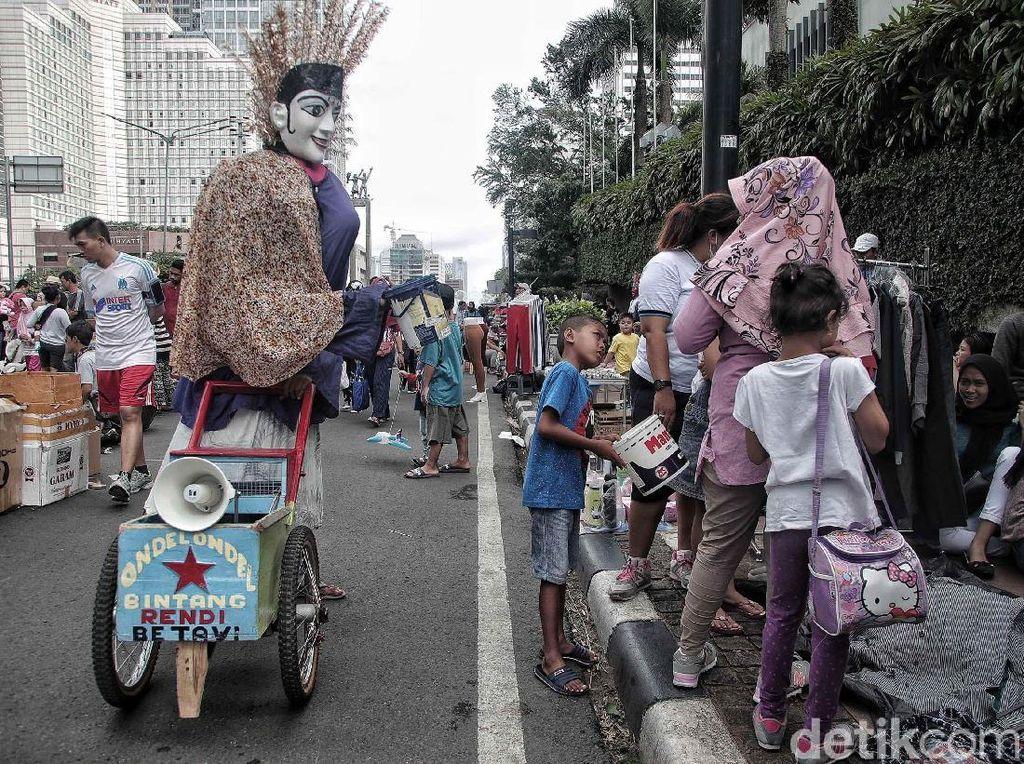Potret Miris Anak-anak Pengamen Ondel-ondel di Ibu Kota