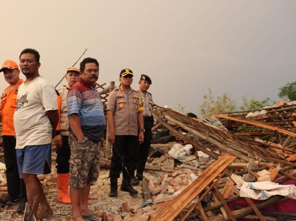 Bocah Tewas dan 120 Bangunan Rusak Akibat Puting Beliung di Cirebon