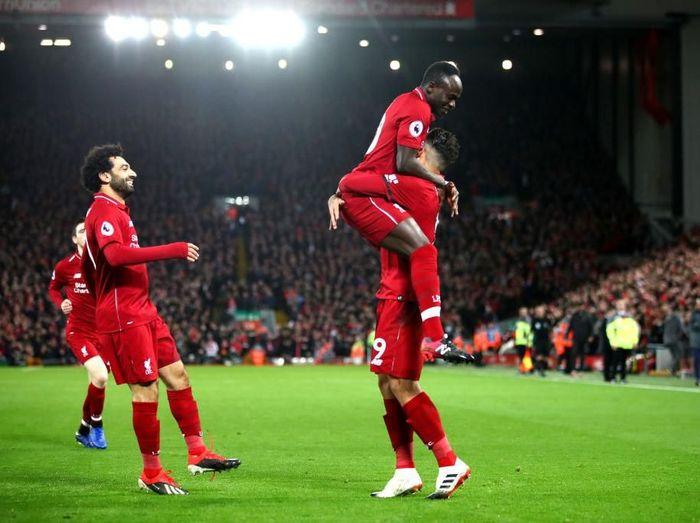 Sadio Mane dengan pemain Liverpool lainnya, Mohamed Salah dan Roberto Firmino. (Foto: Clive Brunskill/Getty Images)