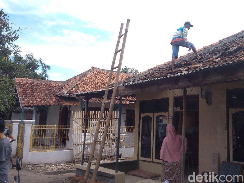 Warga Panguragan Cirebon Bersihkan Puing-puing Pasca-Puting Beliung