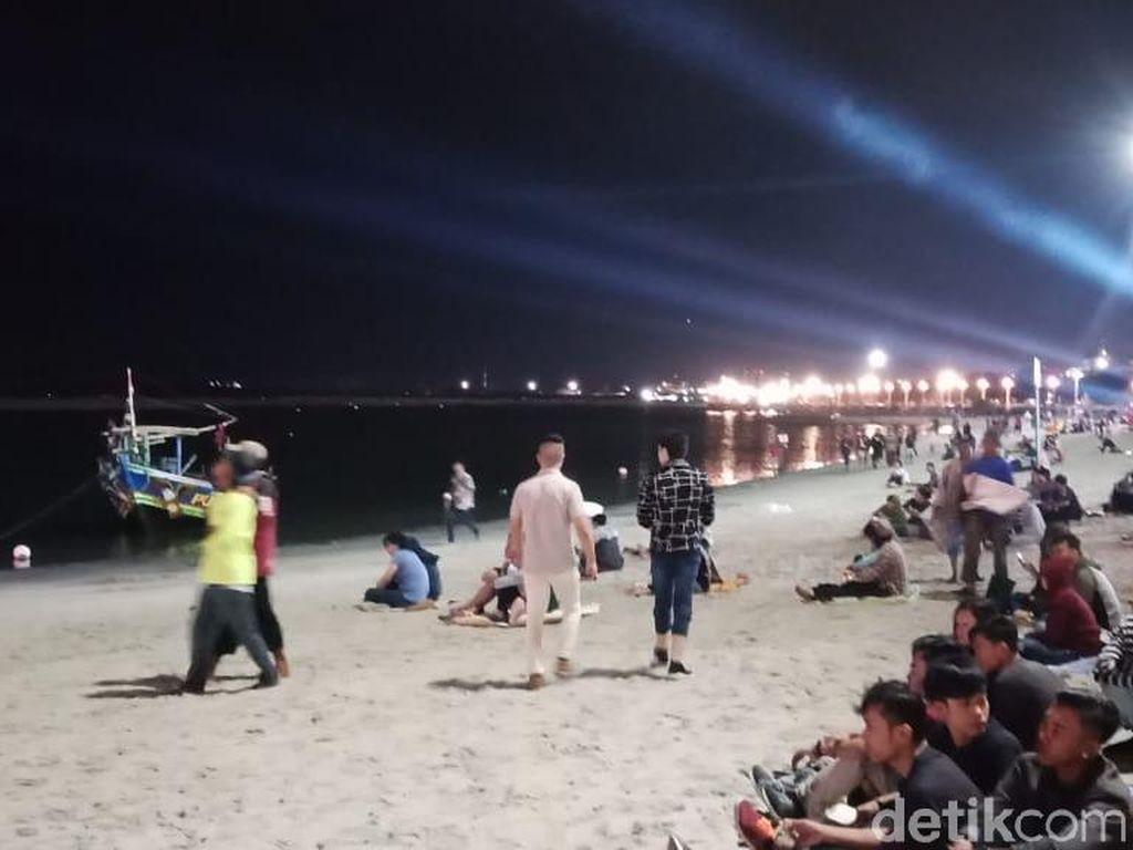 Cuaca Buruk Tak Hambat Warga Rayakan Tahun Baru di Pantai Ancol