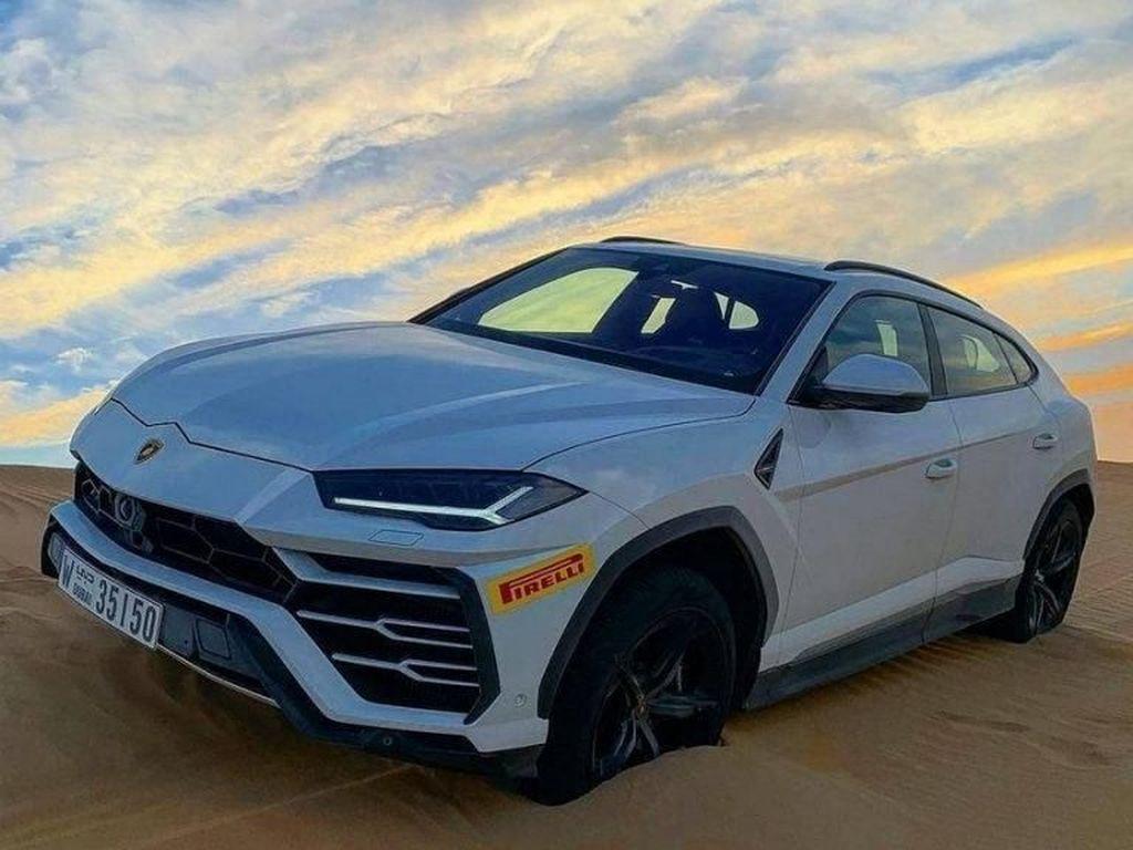 Nggak Takut Rusak, Lamborghini Urus Bermain di Pasir