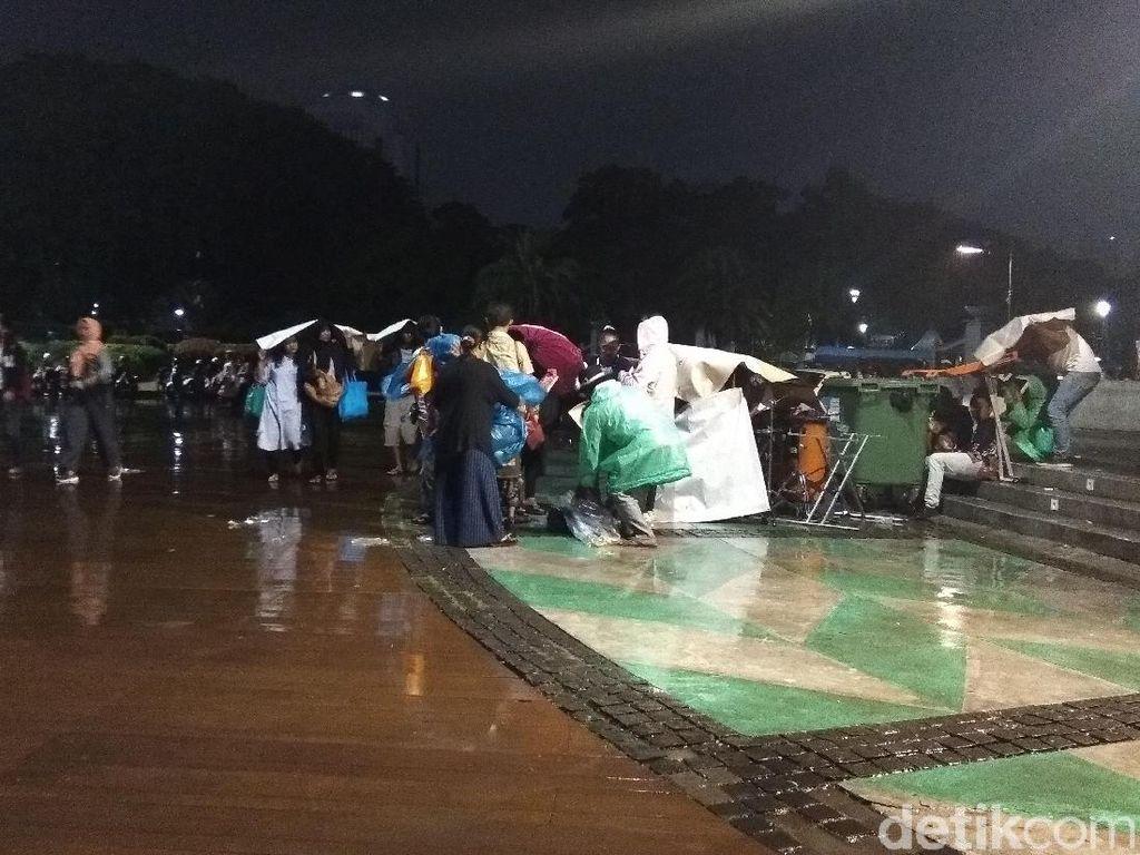 Hujan di Monas Jelang Tahun Baru Tak Surutkan Animo Warga