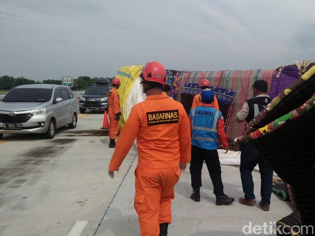 Ada Truk Terguling, Tol Pekalongan Arah Jakarta Macet 2 Km