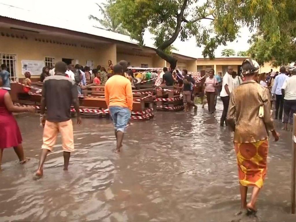 Rakyat Kongo Menerjang Banjir Demi Sumbang Hak Suara