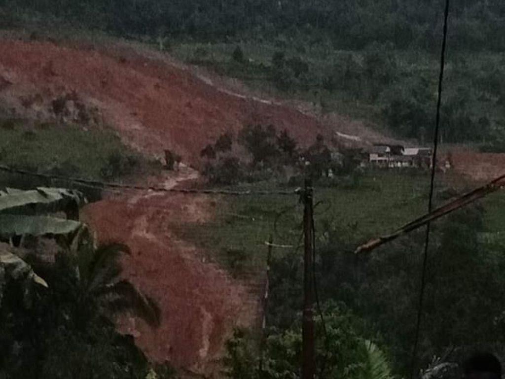 Longsor Timbun Puluhan Rumah di Kampung Adat Sirnaresmi Sukabumi