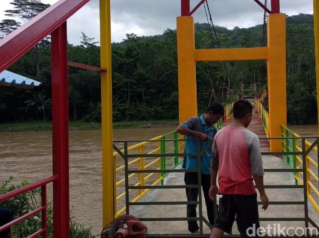 Warga Swadaya Bangun Jembatan Pelangi di Sukabumi