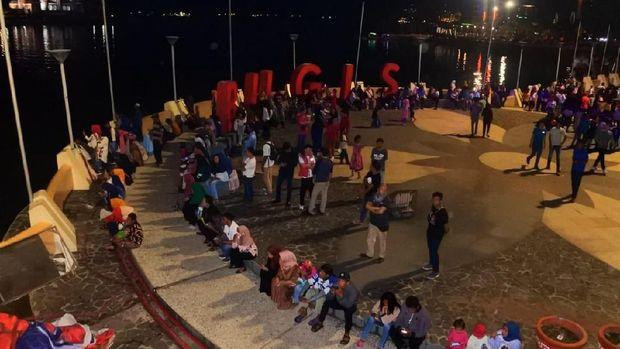 Warga memadati Pantai Losari untuk merayakan tahun baru 2019.