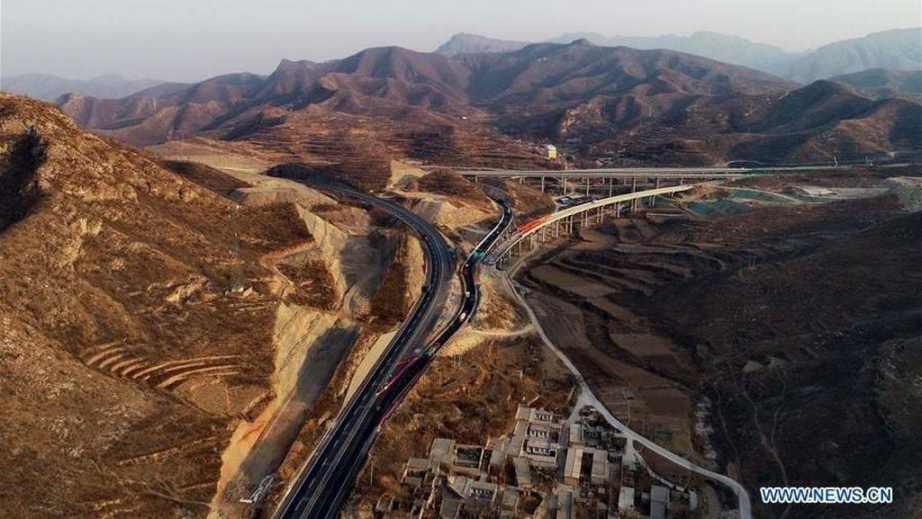 Cantiknya Jalan Tol di China Melintasi Gunung dan Lembah