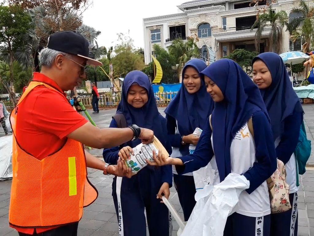 Bersih-bersih Sampah Berhadiah Sepeda di Ancol