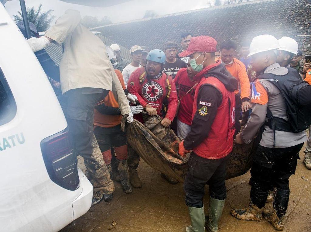 Proses Evakuasi Korban Longsor Kp Adat Sukabumi