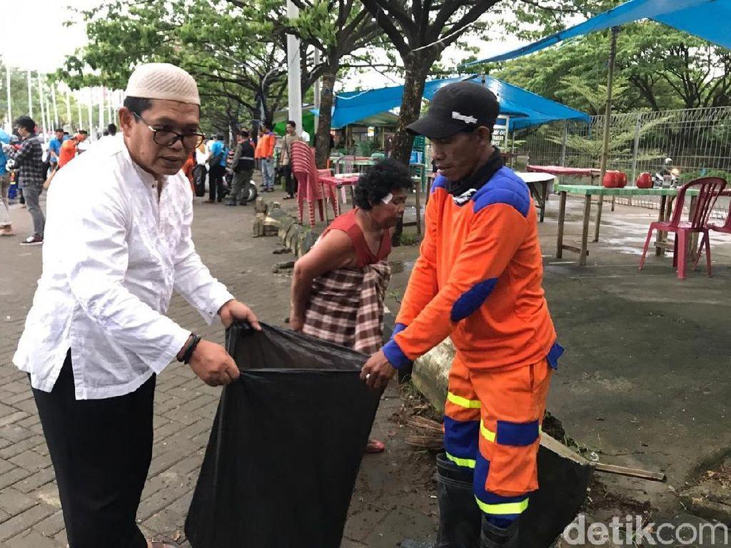 Warga Ramai-ramai Singkirkan Sampah di Pantai Makassar
