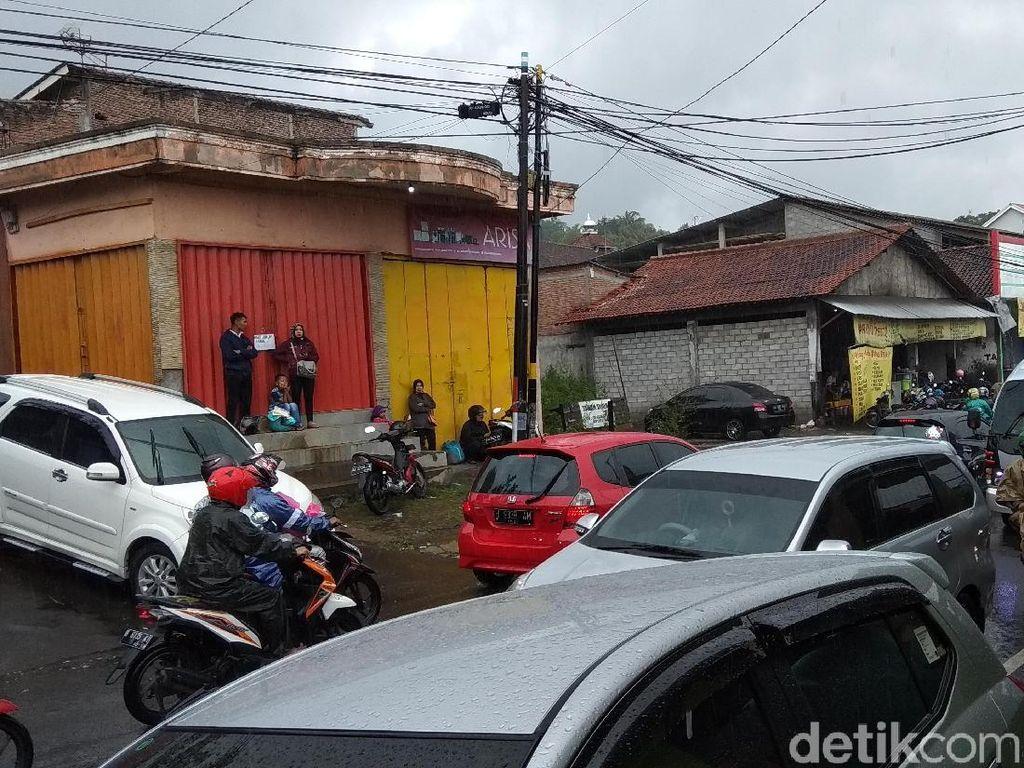 Jalur Menuju Objek Wisata Bandungan Semarang Padat Merayap