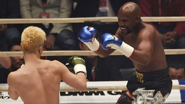 US boxing legend Floyd Mayweather Jr (R) smiles during an exhibition match against Japanese kickboxer Tenshin Nasukawa at the Saitama Super Arena in Saitama on December 31, 2018. - Floyd Mayweather won against Japanese kickboxing phenomenon Tenshin Nasukawa by a technical knock-out in the first round of a New Year's Eve