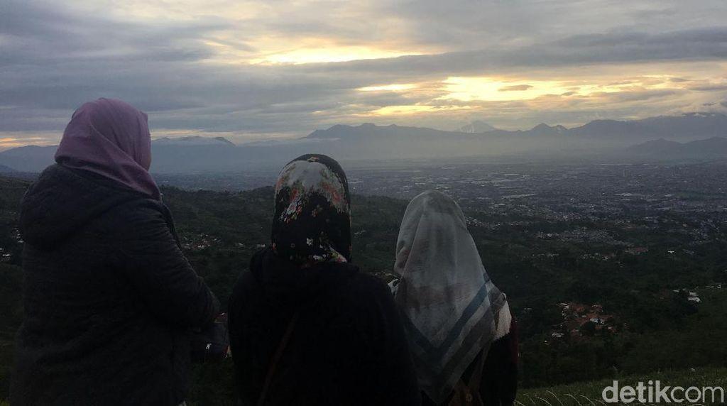 Selamat Tahun Baru Dari Matahari Kota Bandung yang Malu-malu