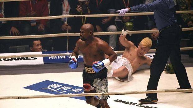 Floyd Mayweather Jr. menang mudah atas Tenshin Nasukawa.