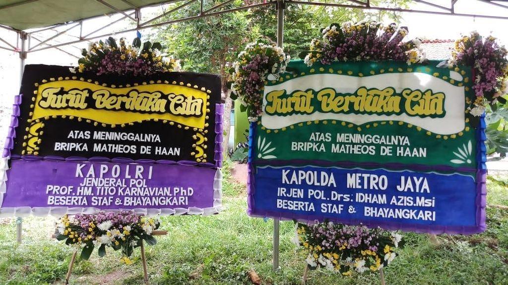 Ada Karangan Bunga Kapolda Metro-Kapolri di Rumah Duka Bripka Matheus