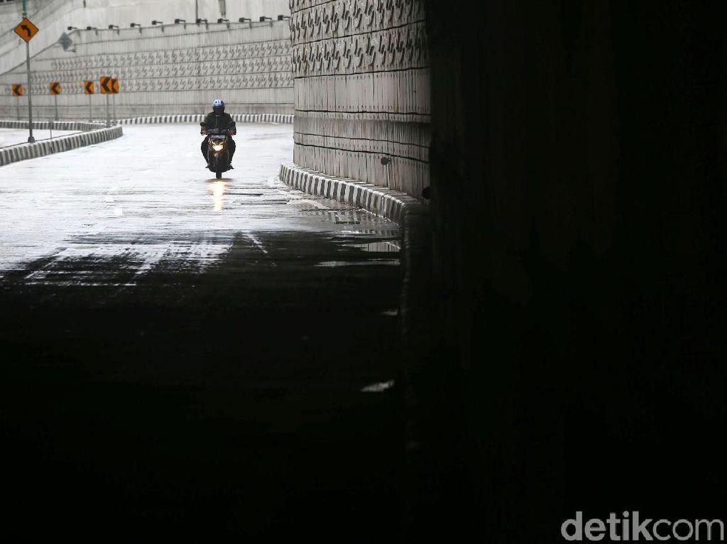 Hari Pertama 2019, Jakarta Diguyur Hujan Lalin Lengang
