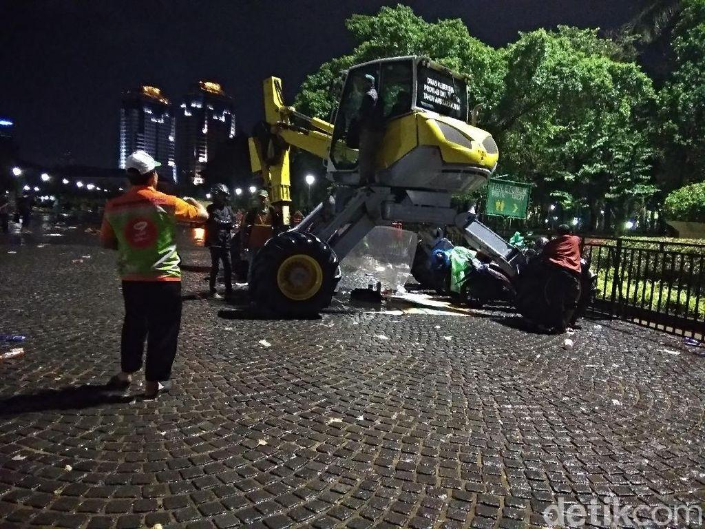 Warga Berangsur Pulang, Pasukan Oranye Bersihkan HI-Monas
