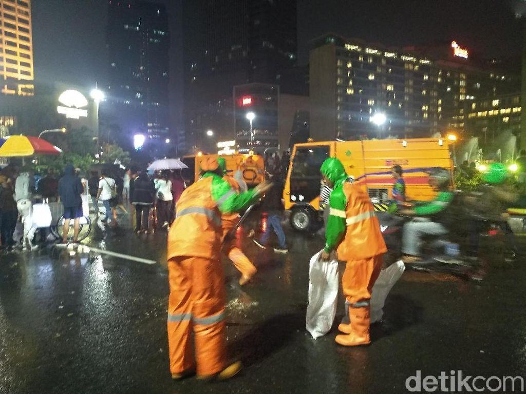 327 Ton Sampah Hasil Perayaan Malam Tahun Baru