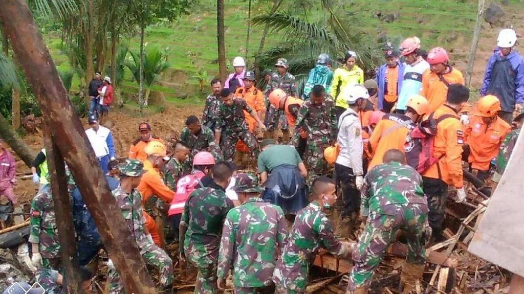 Foto: Proses Evakuasi Korban Longsor di Kampung Adat Sukabumi