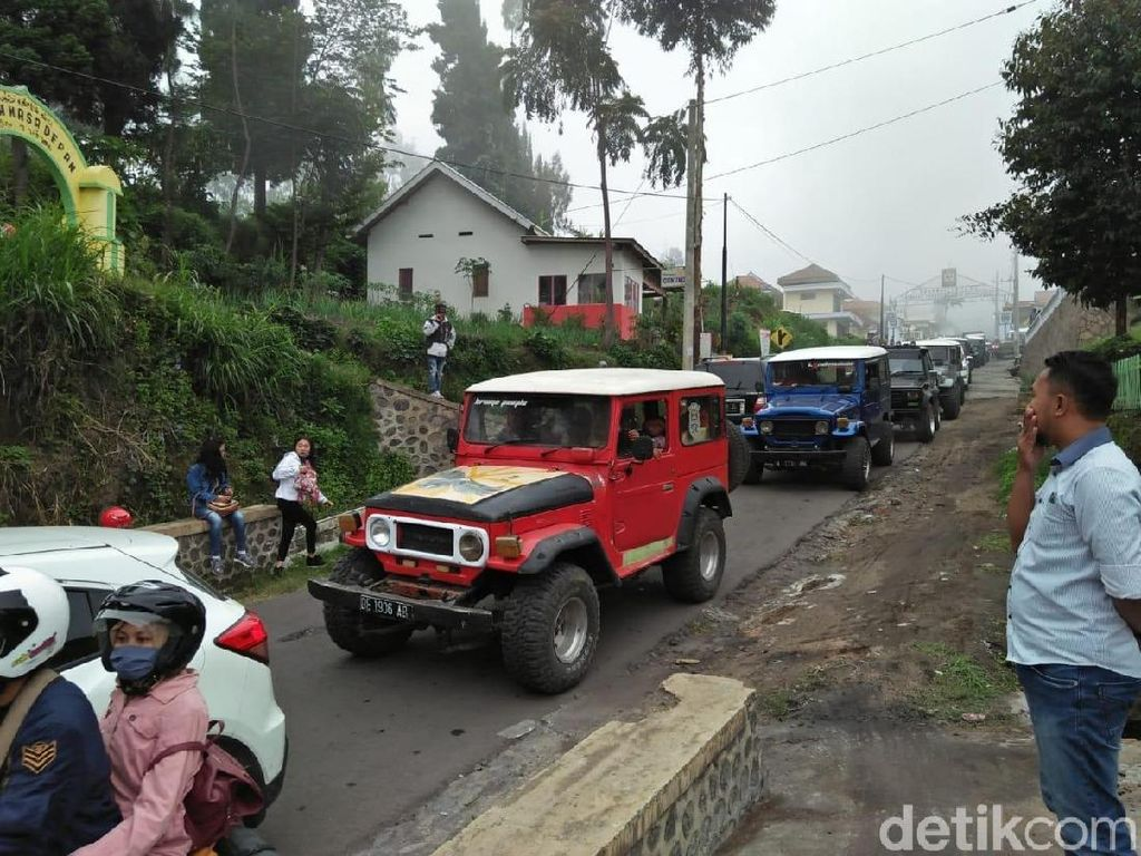 Libur Tahun Baru, Jalur Wisata Gunung Bromo Macet Panjang