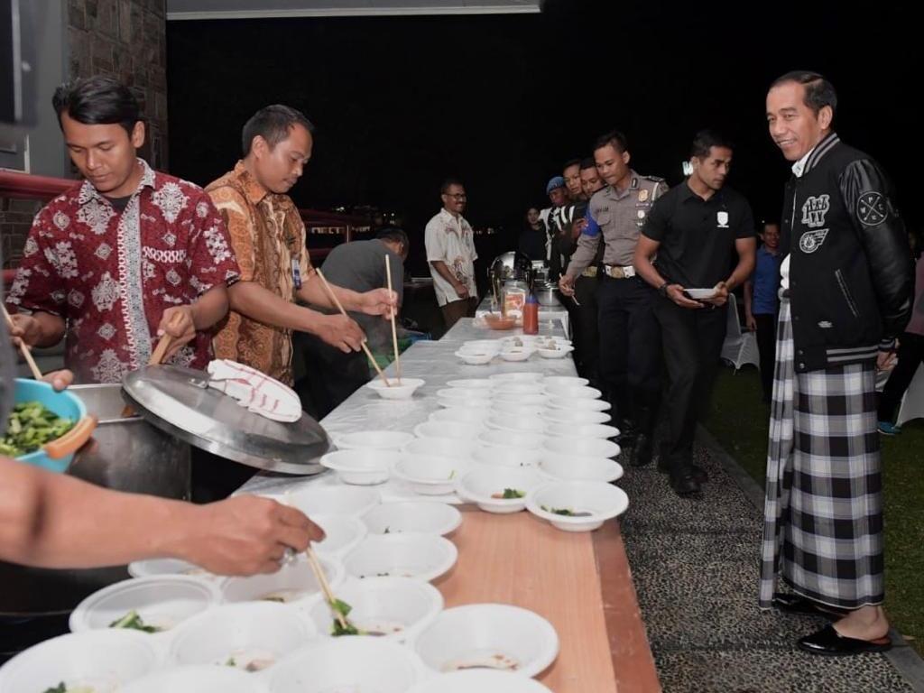 Pakai Sarung, Perayaan Tahun Baru Sederhana Ala Jokowi