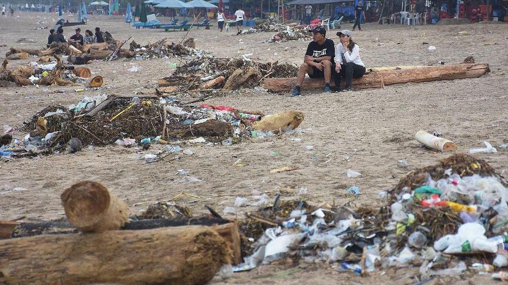 Jorok! Sampah Perayaan Malam Tahun Baru Menumpuk di Pantai Kuta
