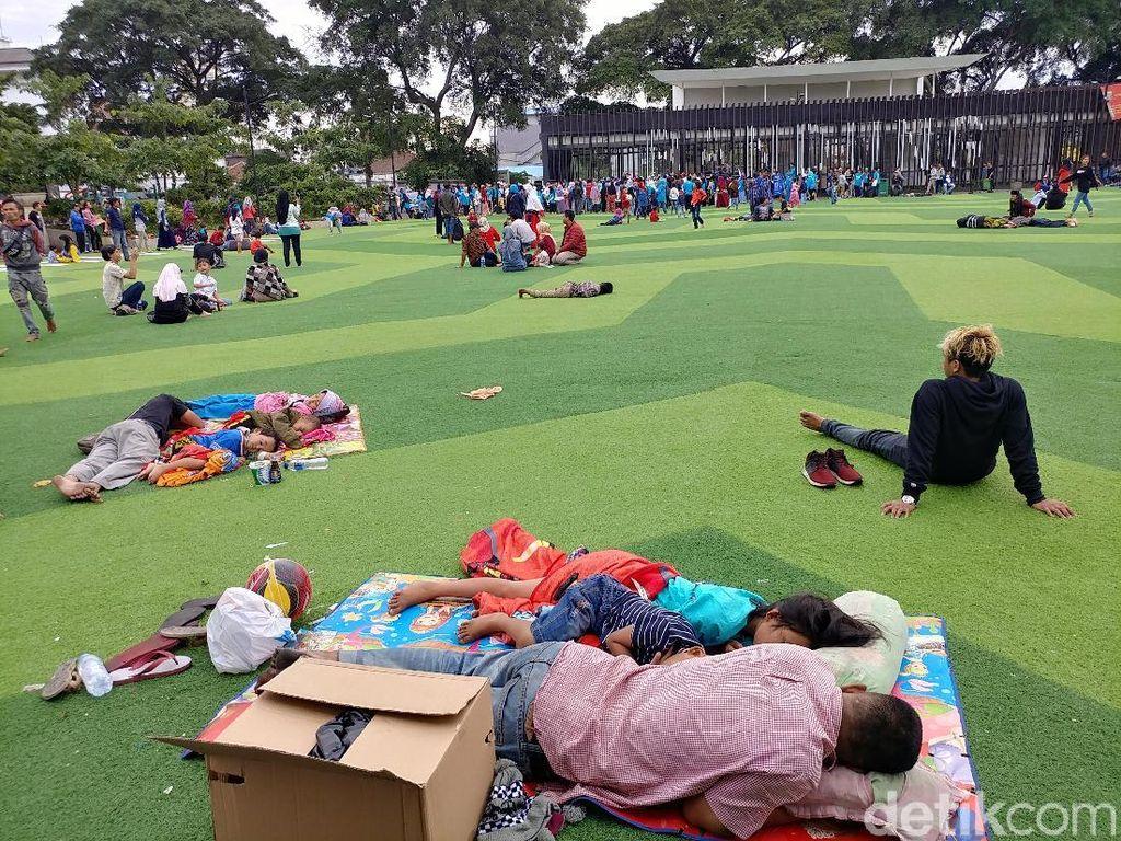 Usai Pesta Tahun Baru, Warga Rehat di Taman Alun-alun Bandung