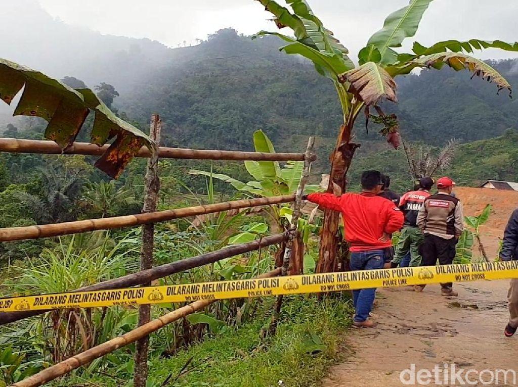 Polisi Sterilkan Akses ke Area Longsor Kampung Adat Sukabumi