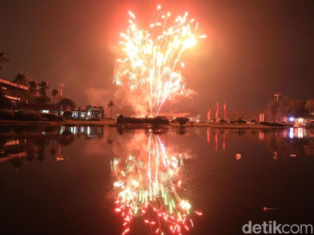 Foto: Gemerlap Kembang Api Tahun Baru 2019 di TMII